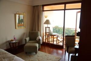 großes Zimmer mit bodentiefen Fenstern