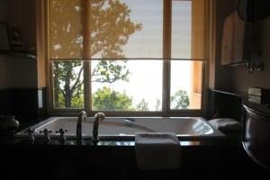 von der Badewanne aus blickt  man ins Tal