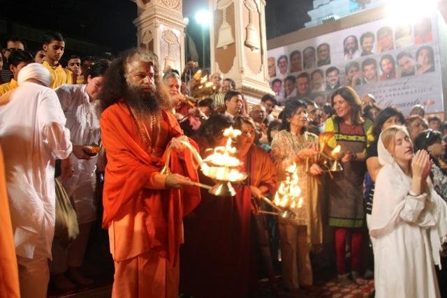 Der Rauschebart am Kerzenständer ist Guru Puiya Swamiji