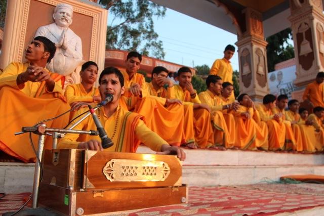 beim Ganga Aarti wird eigentlich die ganze Zeit gesungen