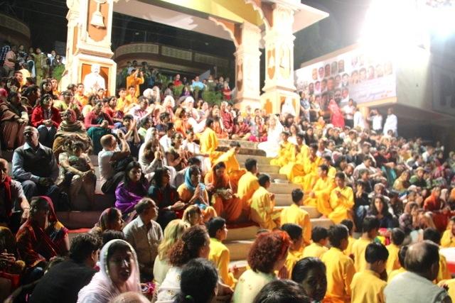 viele hunderte Menschen kommen jeden Abend an den Ganges