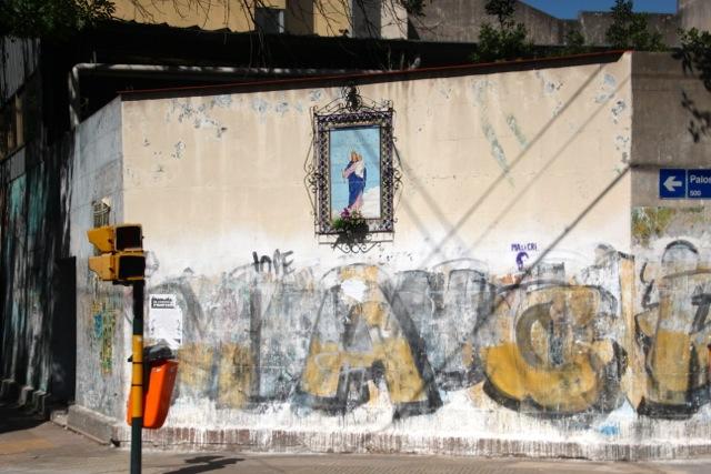 Maria Graffiti an einer Straßenecke in Buenos Aires