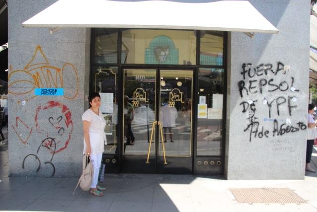 Café im Zentrum der Stadt mit Öl-Protest