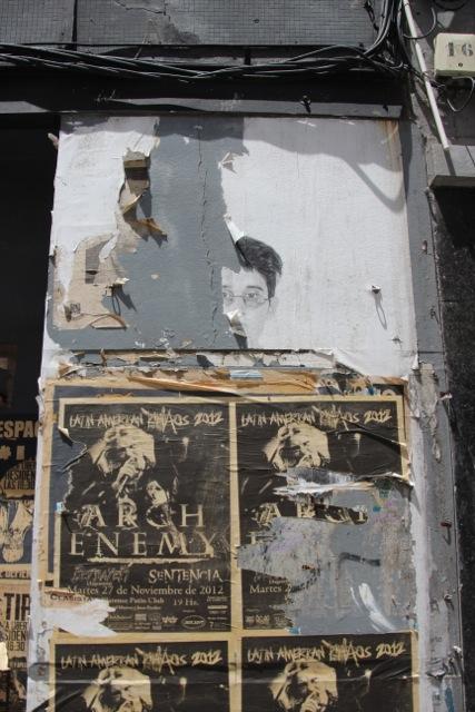 alte Plakate an Häuserwand