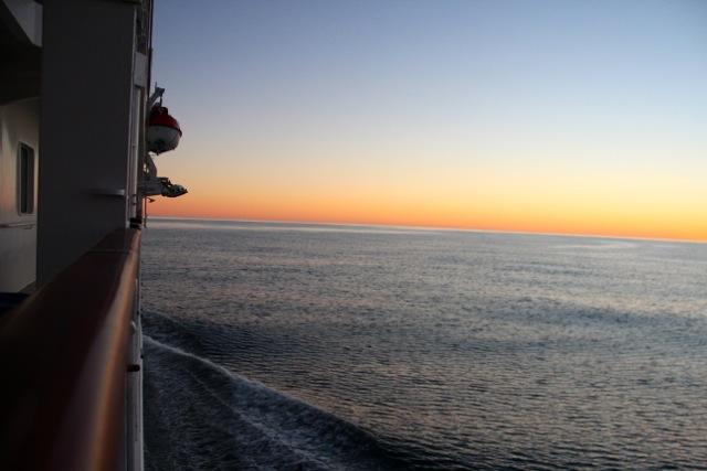 Sonnenuntergang auf dem Weg aus offene Meer