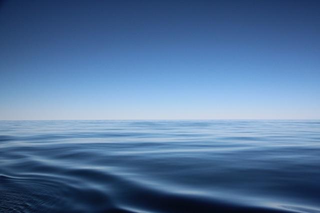 Stille See zwischen zwei Stürmen