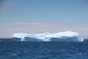 der Eisberg ist mindestens so groß wie das Schiff