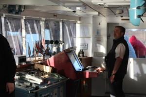 Kapitän Mark Behrend – kurzärmelig wie immer – gibt die Kommandos für die anspruchsvolle Fahrt in die engen Fjorde Südgeorgiens