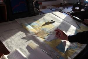 Den Kurs zu den verlassenen Walfangstationen bestimmt die Brücke