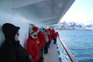 Auf den Decks stehen die Passagiere, die allermeisten sind froh, dass die Zeit des Walfangs vorbei ist