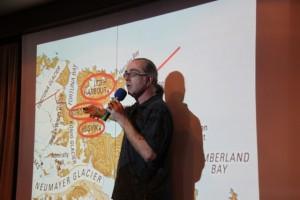 Expeditionsleiter Stefan Kredel zeigt den Passagieren, wo es hin geht