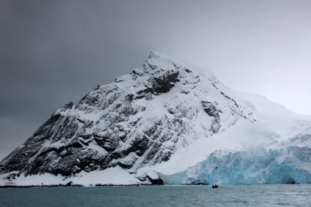 Ein Zodiac nähert sich dem Endurance-Gletscher vor Elephant Island