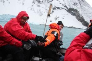 Expeditionsleiter Stefan Kredel rettet uns, er repariert das Boot in MacGyver-Manier