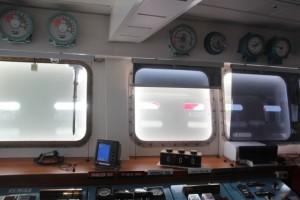 das Schiff wird gesichert mit Seeschlag-Blenden vor den Fenstern