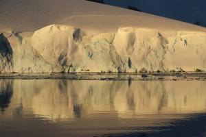 Eisberge spiegeln sich im Kanal