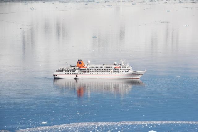Kreuzfahrtschiff in Größe S: Wie ein Modellboot liegt die Bremen in Neko Harbour