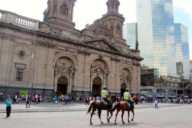 Polizisten auf Pferden patrouillieren in Santiago