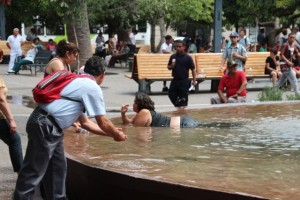 An diesem heißen Tag badet eine Frau in einem der Brunnen Santiagos