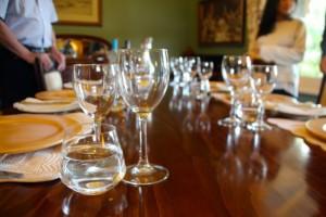 alle Gäste essen gemeinsam zu Abend