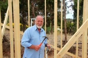 und Paul, unser Gastgeber, am bauen