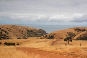 umgeben von sanften, goldenen Hügeln