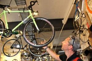 Dirk im Himmel– ein Laden voller Fahrräder