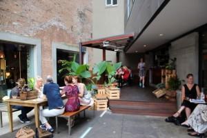 schönes Café im Hinterhof
