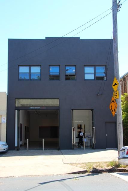 Die Galerie Sullivan + Strumpf hat eine ehemalige Auto-Werkstatt für die Präsentation ihrer zeitgenössischen Künstler umgebaut
