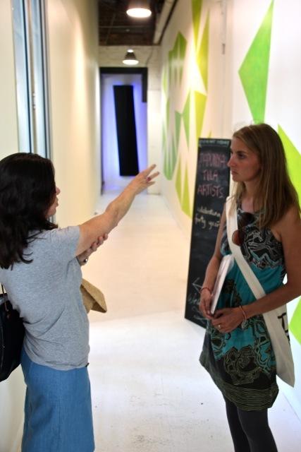 Isobel Johnstone erklärt Susanne das Konzept der Galerie