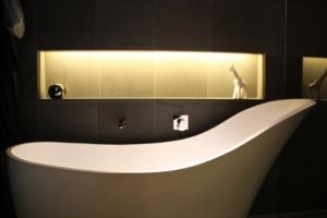 Design-Badewanne und Giraffe