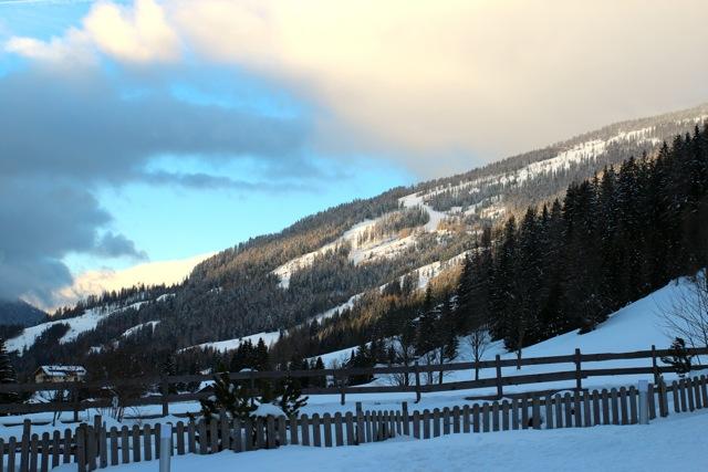 Die Berge hinter dem Hotel