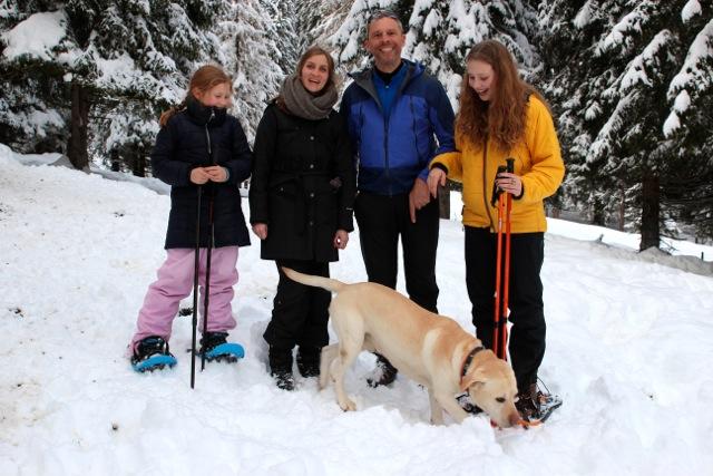 Gruppenfoto mit Hund und Schneeschuhen