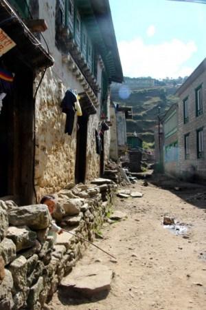 Blick in eine Gasse in Namche Bazaar im Himalaya