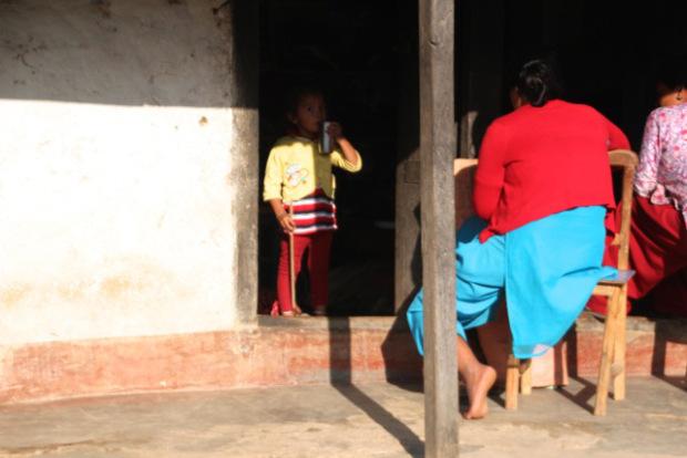 Die Häuser in Nepal sind dunkel und haben häufig wenige Fenster