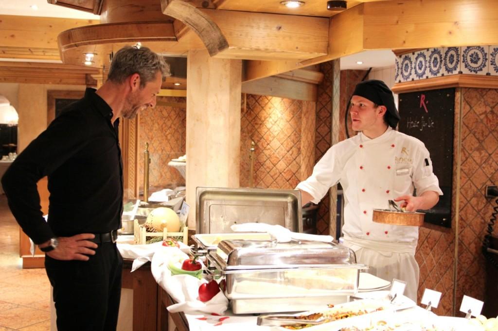 Dirk bekommt am Buffet die Speisen erklärt