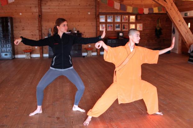 Susanne bekommt Tai-Chi Übungen erklärt