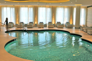Pool im Guerlain-Spa