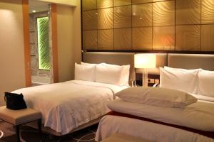 großes Zimmer mit Queen-Size-Betten
