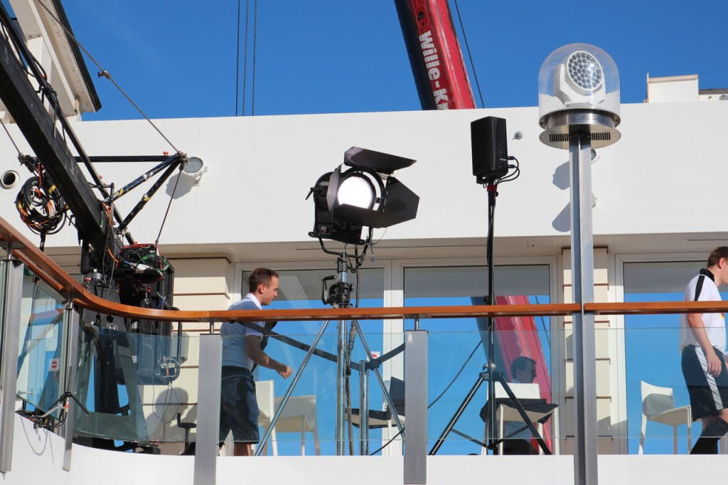 Aufbau des TV-Studios an Deck