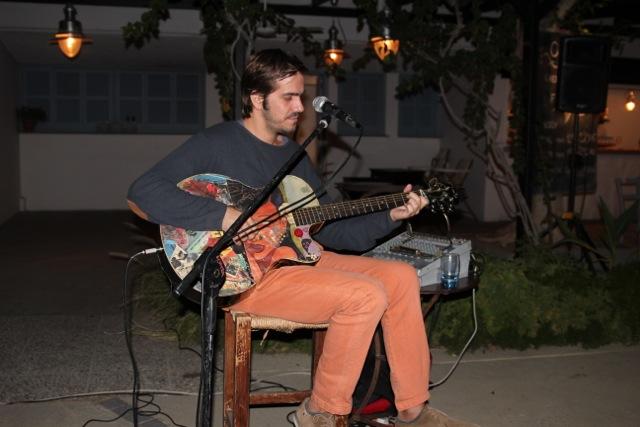 Gitarrenspiel in dem Ouzeri