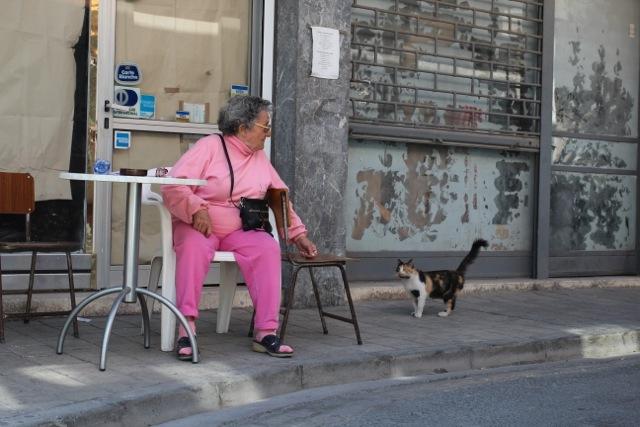 pretty in pink – Frau mit Katze in Nikosia