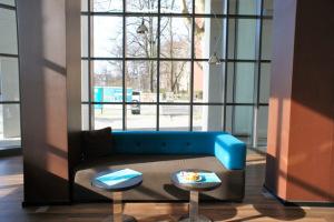 blaues Sofa in der Lobby