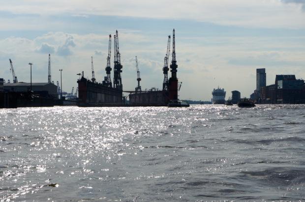 Hafenglitzer an der Elbe