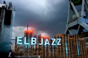 Lichtspiel: Dunkle Wolken über blauen Buchstaben – langsam braut sich ein Unwetter zusammen